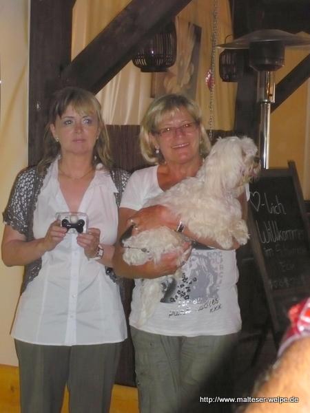 zwei_blondinen_mit_malteserhund